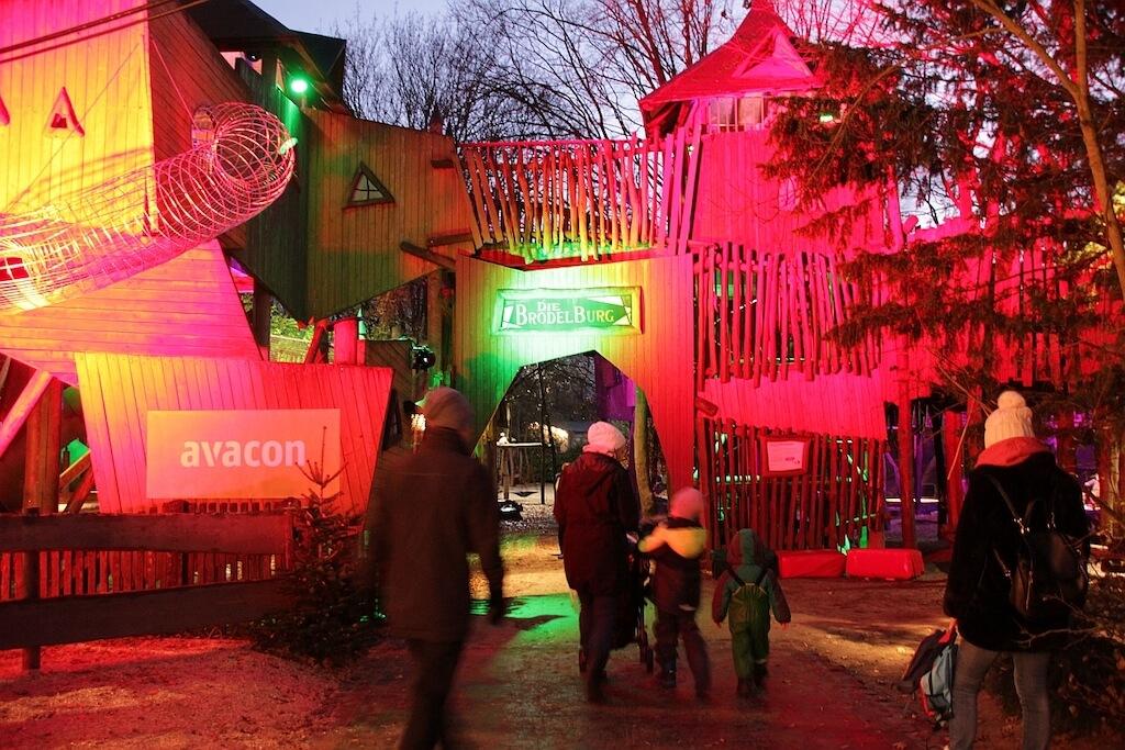 Beleuchteter Abenteuerspielplatz im Winter Zoo Erlebnis Zoo Hannover