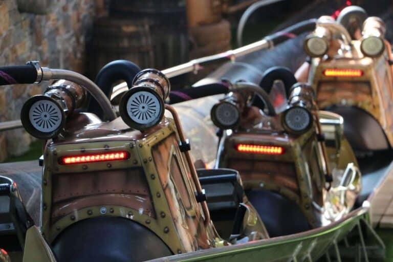 Toverland Blitz Bahn Wagen in einer Reihe