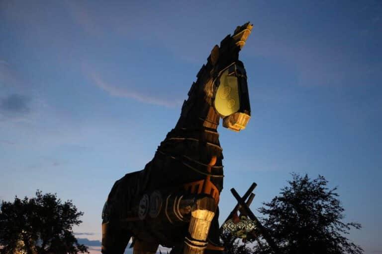 Toverland Troy Pferd bei Nacht