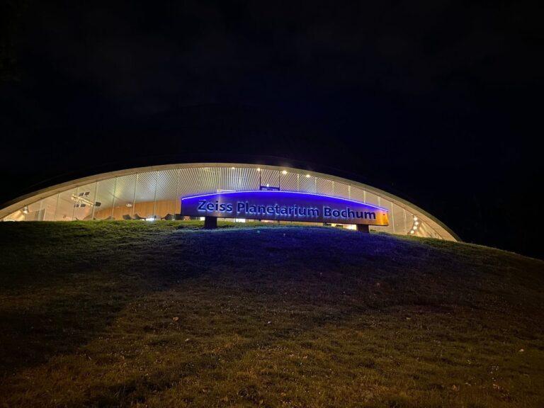 planetarium Bochum Wartebereich bei Nacht