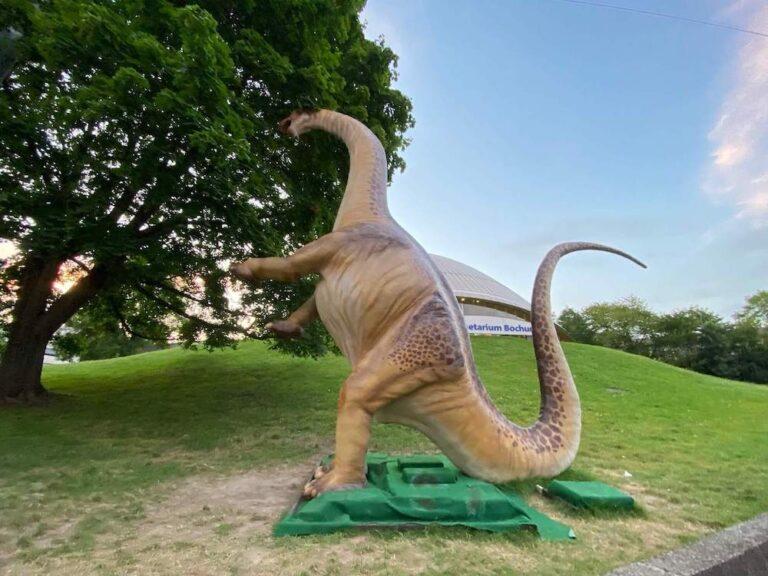 Dino vor Planetarium Bochum