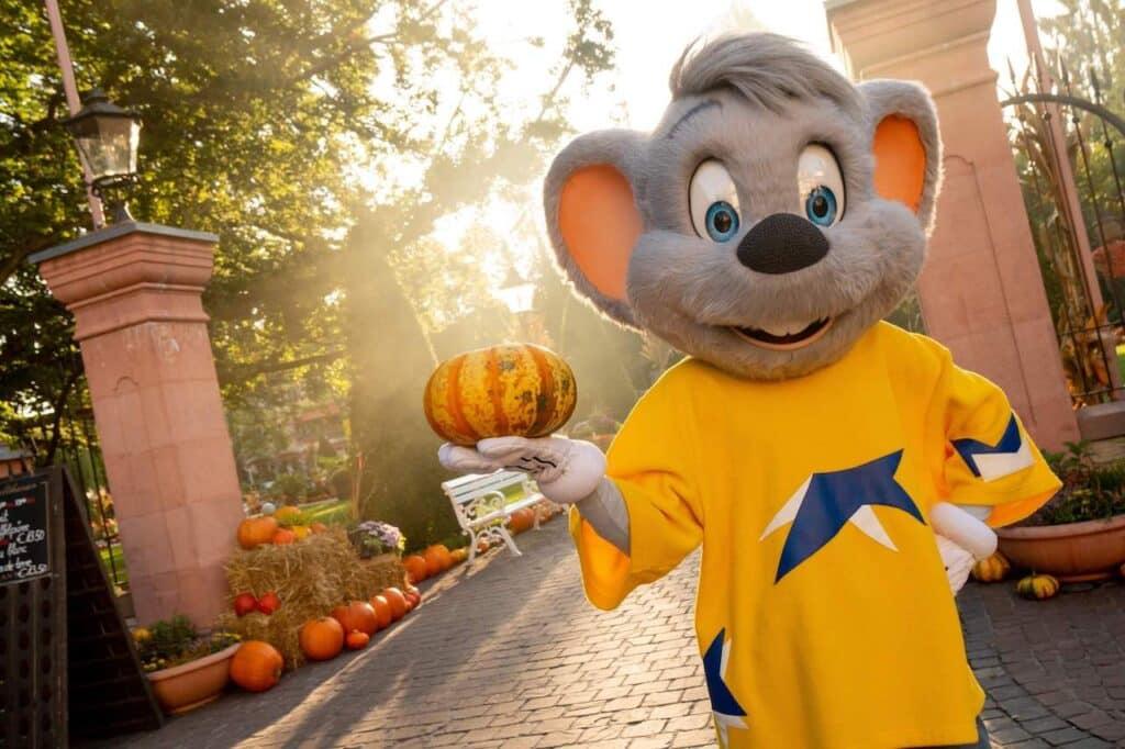 Ed Euromaus begrüßt große und kleine Halloweenfans im Europa-Park.